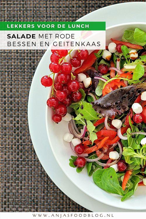 Een makkelijke salade met geitenkaas en rode bessen is snel klaar en heerlijk als lunch of bijgerecht.