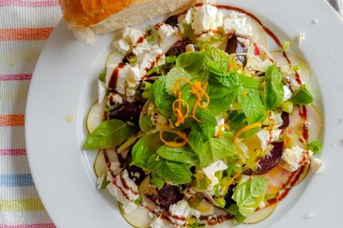 Een maaltijdsalade met bieten, venkel, peer en feta. Door verschillende smaken met elkaar te combineren wordt je met elke hap verrast. Een smaakexplosie van zoet, aards, hartig, zout en kruidig. Als lunchgerecht of maaltijdsalade.