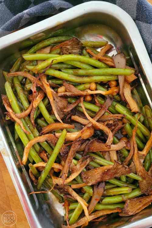 Lekker Aziatisch en niet ingewikkeld om te maken. Het meeste werk zit hem in de voorbereiding. De boontjes en oesterzwammen komen helemaal tot hun recht in de smakelijke sojasaus. De oesterzwammen worden pittig op smaak gebracht met een kruidenmengsel en in de oven geroosterd. Zo krijgen ze extra veel smaak. Als je genoeg saus hebt is dit gerecht het lekkerst met rijst. Maak er nog een frisse komkommersalade bij. Atjar kan natuurlijk ook en vergeet de kroepoek niet!
