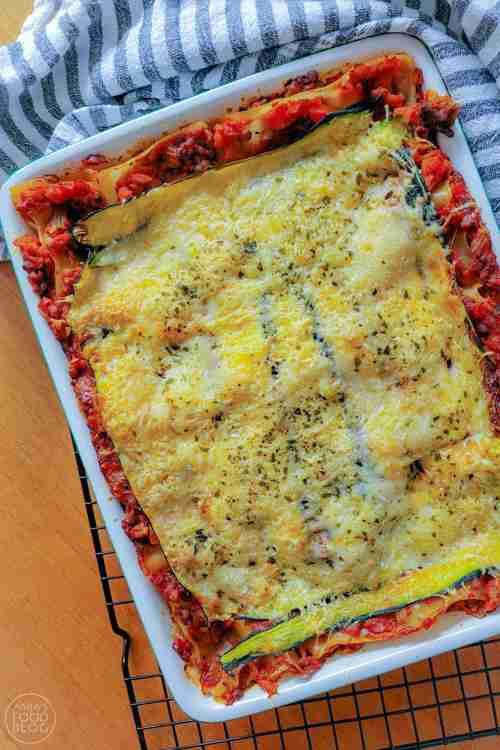 Een variant op lasagne bolognese met als verrassend ingrediënten groene linzen en courgette. Door de helft van het gehakt te vervangen door de linzen en met courgette voor extra groente. Een gezonde variant op het klassieke recept.
