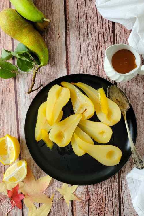 Gestoofde (hand)peren met witte wijn, vanille en citroen. Heerlijk bij een dessert en bovendien makkelijk te maken. Lekker in combinatie met een bolletje ijs, chocoladesaus of chocolade lavacake.