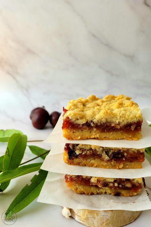 Fruitrepen of kruimel plaattaart, het maakt niet uit hoe je het noemt, deze zoete snacks zijn heerlijk. Bovendien makkelijk te maken. Gebruik zoete pruimen of vervang door ander seizoensfruit.